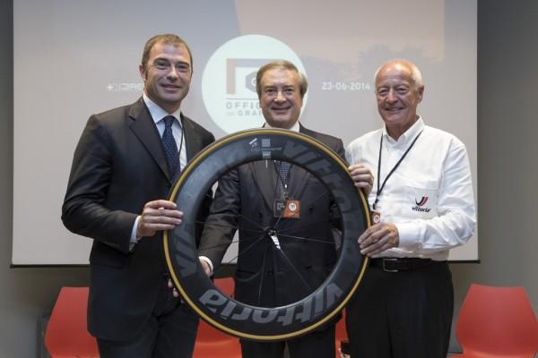 Giulio Cesareo (Presidente e AD di Directa Plus), Antonio Rossi (Assessore allo Sport e Politiche Giovanili della Regione Lombardia) e Rudie Campagne (fondatore del Gruppo Vittoria Ltd.) con il primo prototipo di ruota da bicicletta da corsa contenente grafene G+