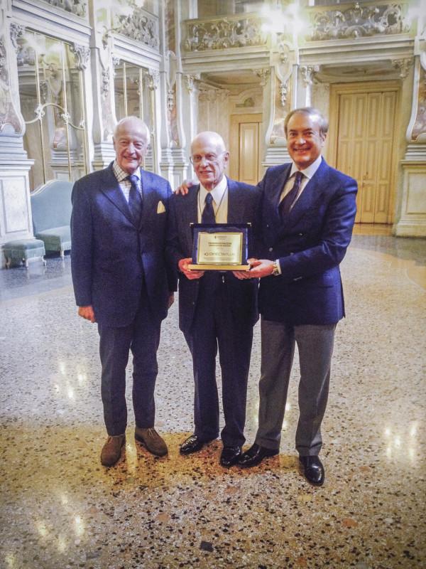 """Da sinistra: Rudie Campagne, Robert Angelo Mercuri e Giulio Cesareo con il premio """"Federico Faggin Innovation Award"""" ricevuto in occasione dell' Adriano Olivetti Day il 17 Ottobre 2015."""